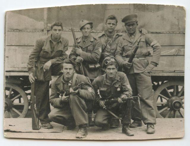 1945: Mazzola (in piedi, il secondo da destra) tra i partigiani a Bussoleno, Val Susa. Alla sua sinistra Frederik.