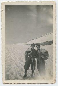 Fine 1944, a Bardonecchia/Frejus con, alla sua destra, un compagno d'armi del corpo degli alpini.