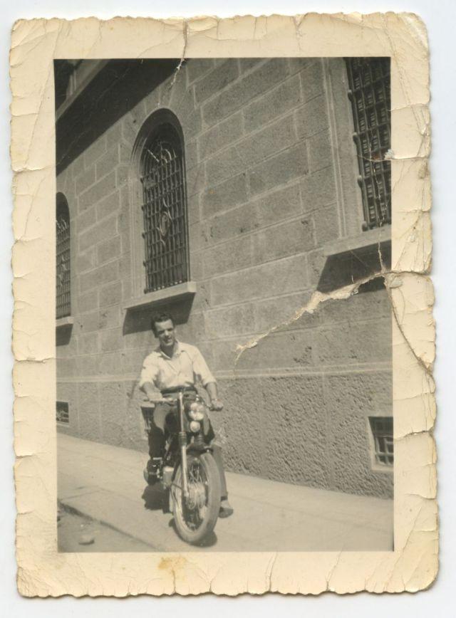 Mazzola nel 1950, in sella alla sua RUMI 125 Super Sport, in via San Bernardino. Poi venderà la moto per pagarsi il matrimonio.