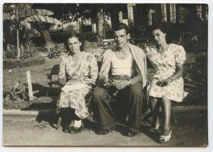 1948, con le sorelle, a Candia Canavese, dalle parti di Chivasso.