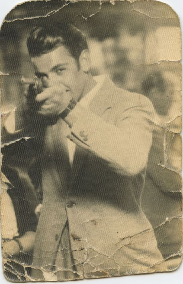 1947, Giuseppe Mazzola al tiro a segno della Fiera di Celadina. Quando si faceva centro un meccanismo automatico scattava la foto